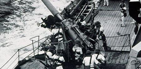 HMAS Sydney (II) crew on deck manning guns